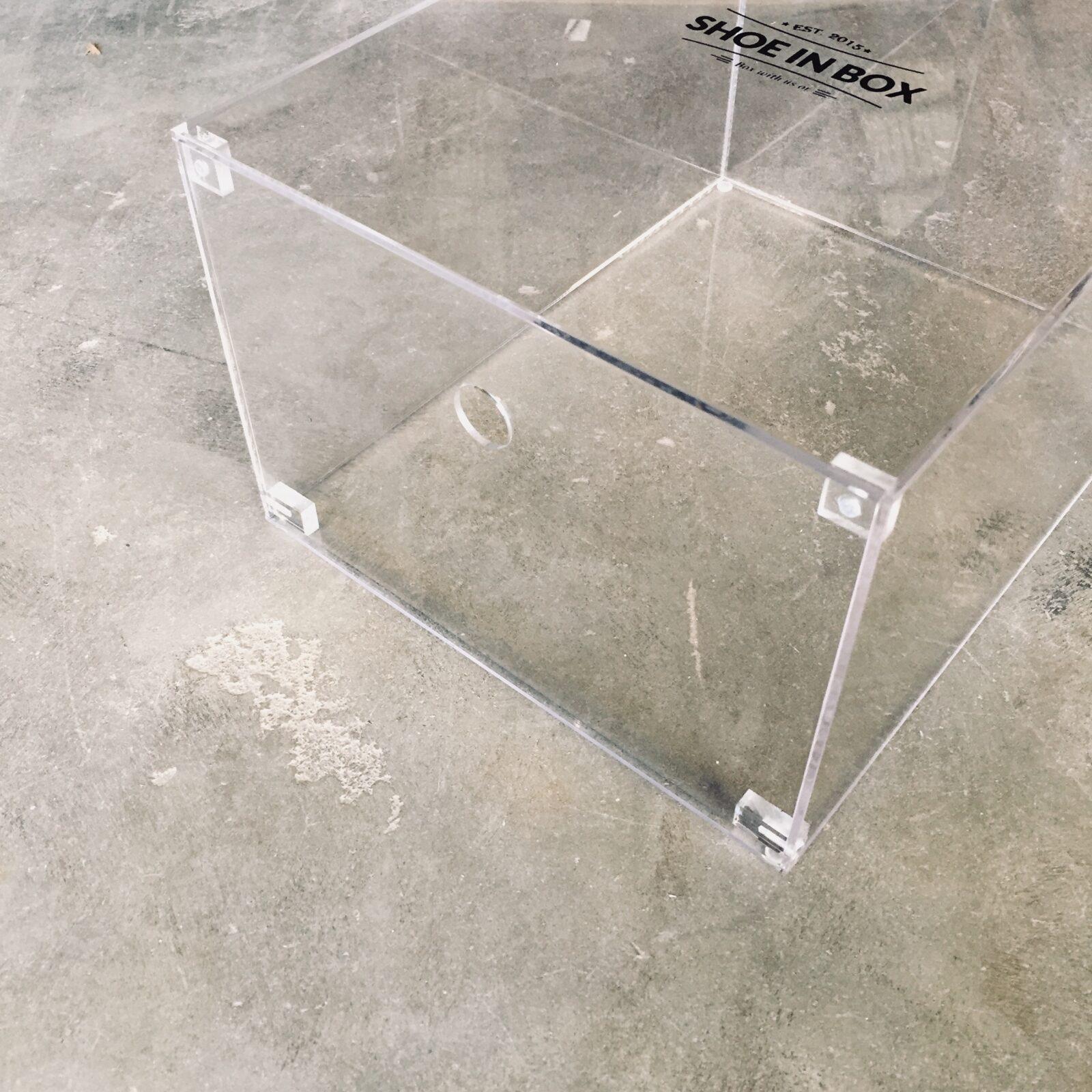 1 stk Crystal Clear Drop Front Sneaker Box i Akryl