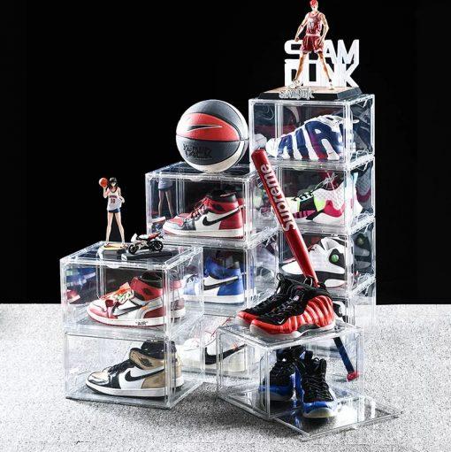 Opbevar og beskyt dine sneakers eller sko på en flot og nem måde med L.A.VIP drop side door skobokse. Flot og helt klar skoboks i hård plast materiale. Skoboksen har drop down låge.
